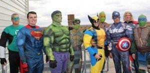 hombres disfrazados de superheroes