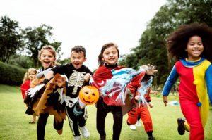 niños disfrazados jugando